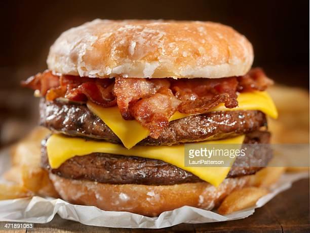 Kandierter Donut Cheeseburger mit Speck