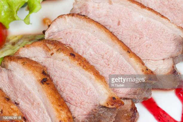 glazed duck fillet, with salad on a white plate - canard photos et images de collection