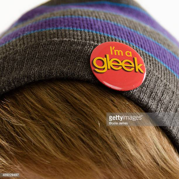 """glee fan wearing """"i'm a gleek"""" button on his beanie - glee tv show stock pictures, royalty-free photos & images"""
