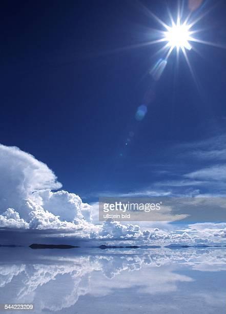 Gleißende Sonne,, Wolken spiegeln sich im Meer, undatiert