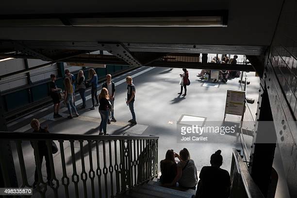 gleisdreieck auf berlin u-bahn-station - u bahnsteig stock-fotos und bilder