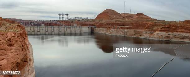 谷間渓谷のダムのパノラマ