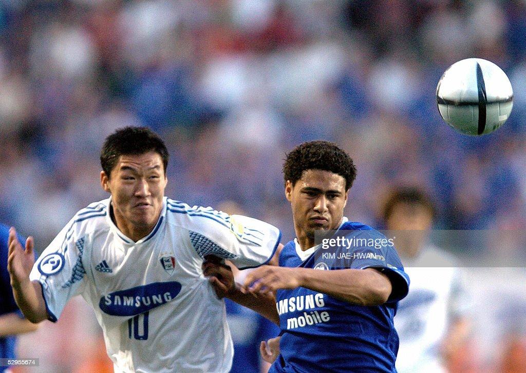 Glen Johnson (R) of Chelsea FC fights fo : News Photo