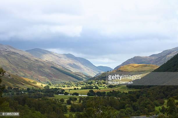 glen lyon, picturesque valley, scottish highlands - アバフェルディ ストックフォトと画像