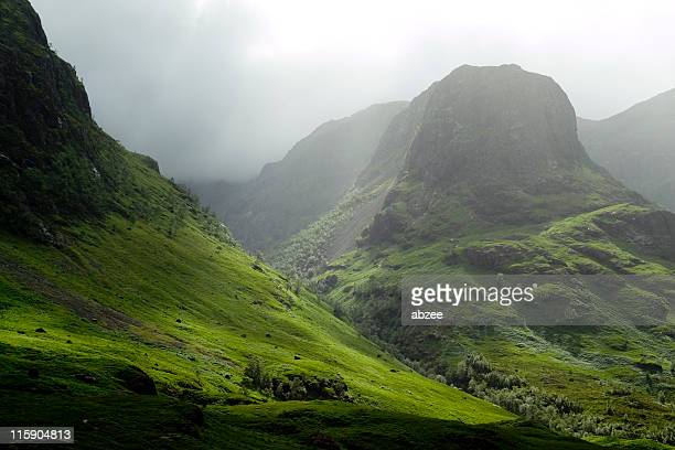 glencoe pass on a misty day - schotland stockfoto's en -beelden