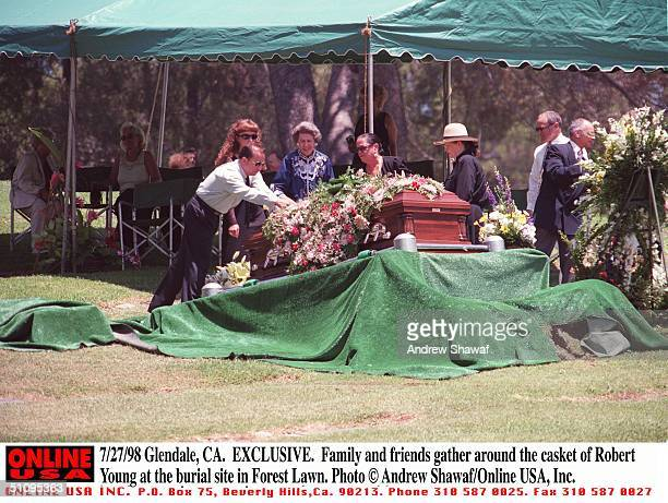 Glendale Ca Exclusive Family And Friends Gather Around The Casket Of Robert Young At The Burial Site In Forest Lawn