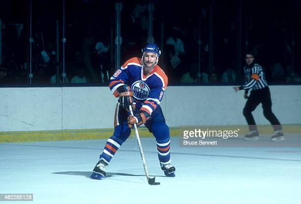 Glenn Anderson of the Edmonton Oilers skates with the puck during an NHL game against the New York Islanders on November 16 1985 at the Nassau...