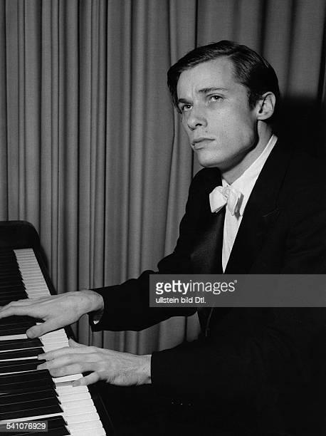 Glenn Gould *25.09..1982+Musiker, Pianist, KanadaPorträt am Flügel- 1958
