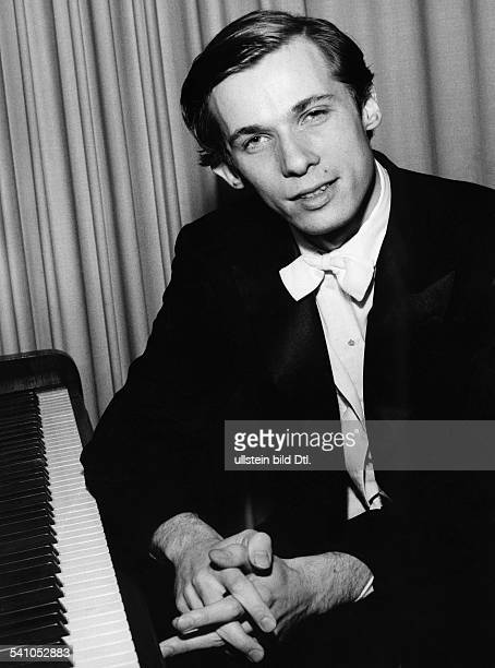 Glenn Gould *25.09..1982+Musiker, Pianist, KanadaPorträt am Klavier- 1958