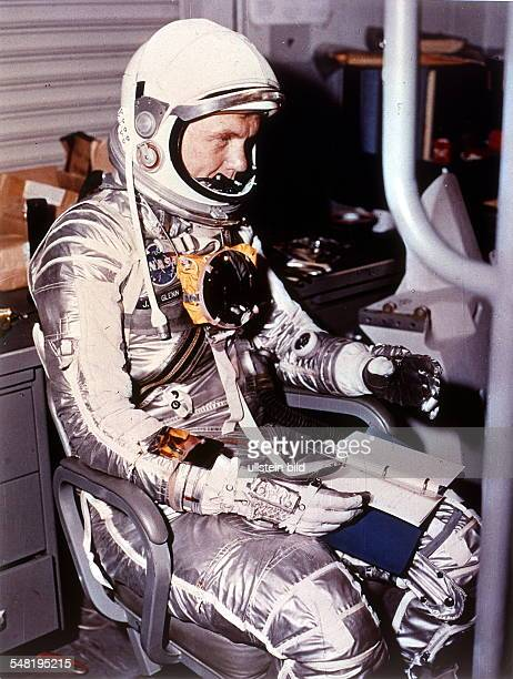 Glenn John Herschel * Astronaut USA Glenn in his space suit during preparations for his space flight 'Mercury 6' the launch was postponed
