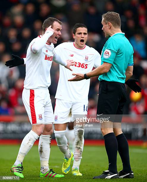Glenn Whelan of Stoke City argues with referee Graham Scott during the Barclays Premier League match between AFC Bournemouth and Stoke City at...