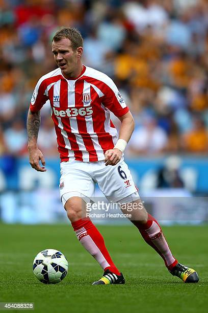 Glenn Whelan of Stoke in action during the Barclays Premier League match between Hull City and Stoke City at the KC Stadium on August 24 2014 in Hull...