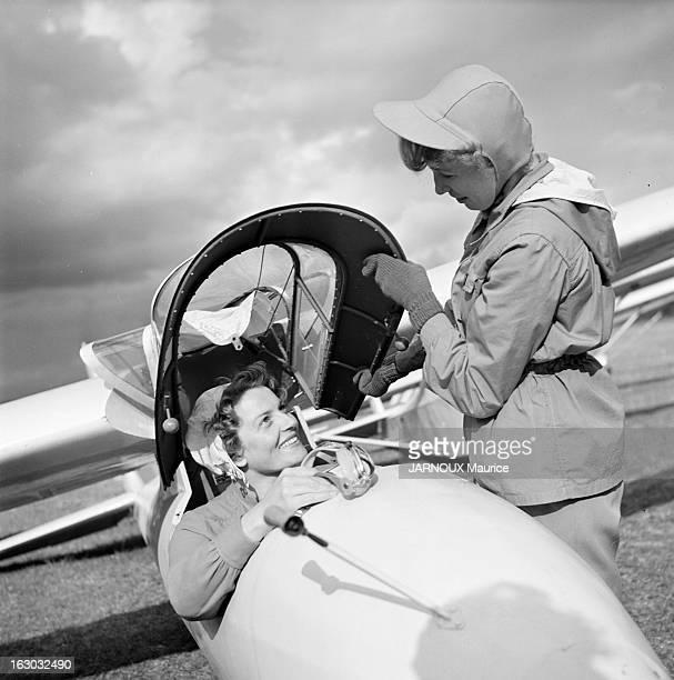 Gliding En France sur l'aérodrome de Vilmory en avril 1950 Mireille GUILLEMOT pilote débutant de l'Aéroclub du Gâtinais s'apprête à effectuer son...
