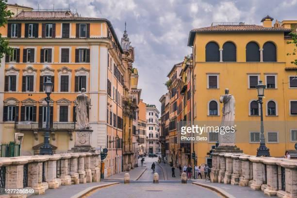 una prospettiva di ponte sant'angelo e borgo santo spirito nel centro di roma - roma città foto e immagini stock