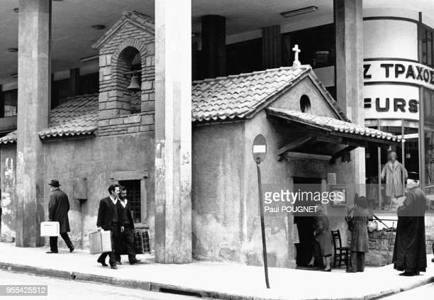 L'église Agia Dynami incorporée dans un immeuble moderne à Athènes en Grèce