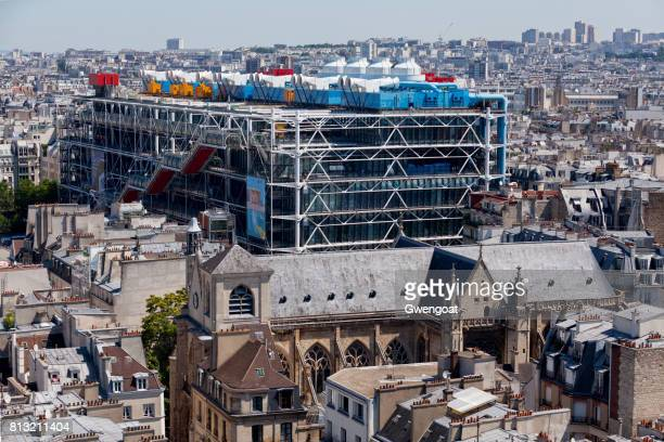 église saint-merri and the centre pompidou - centre georges pompidou stock pictures, royalty-free photos & images