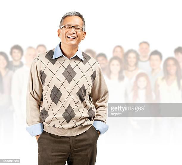 Comunidad Global: Senior hombre sonriente asiática