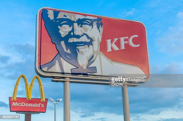 global restauration rapide franchise - kentucky fried chicken photos et images de collection