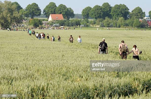 Globalisierungsgegner laufen durch ein Feld anlässlich einer Protestaktion während des G8Weltwirtschaftsgipfels in Heiligendamm blockieren