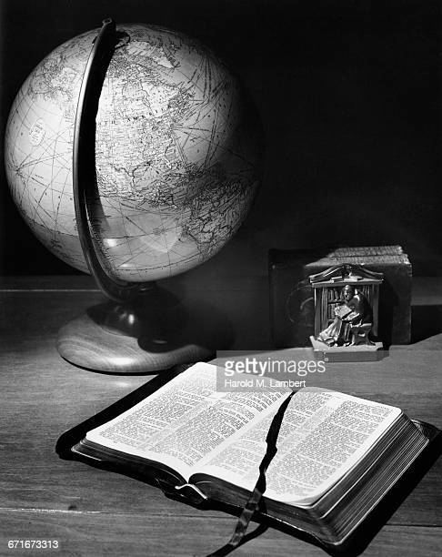 globe and bible on wood grain - {{ collectponotification.cta }} fotografías e imágenes de stock