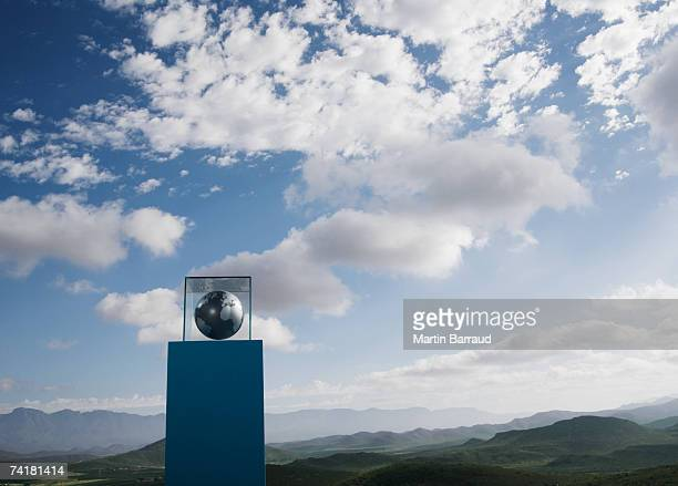 Globo en caja de cristal de pedestal