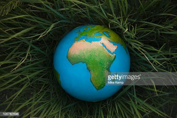globe in grass - mappamondo foto e immagini stock