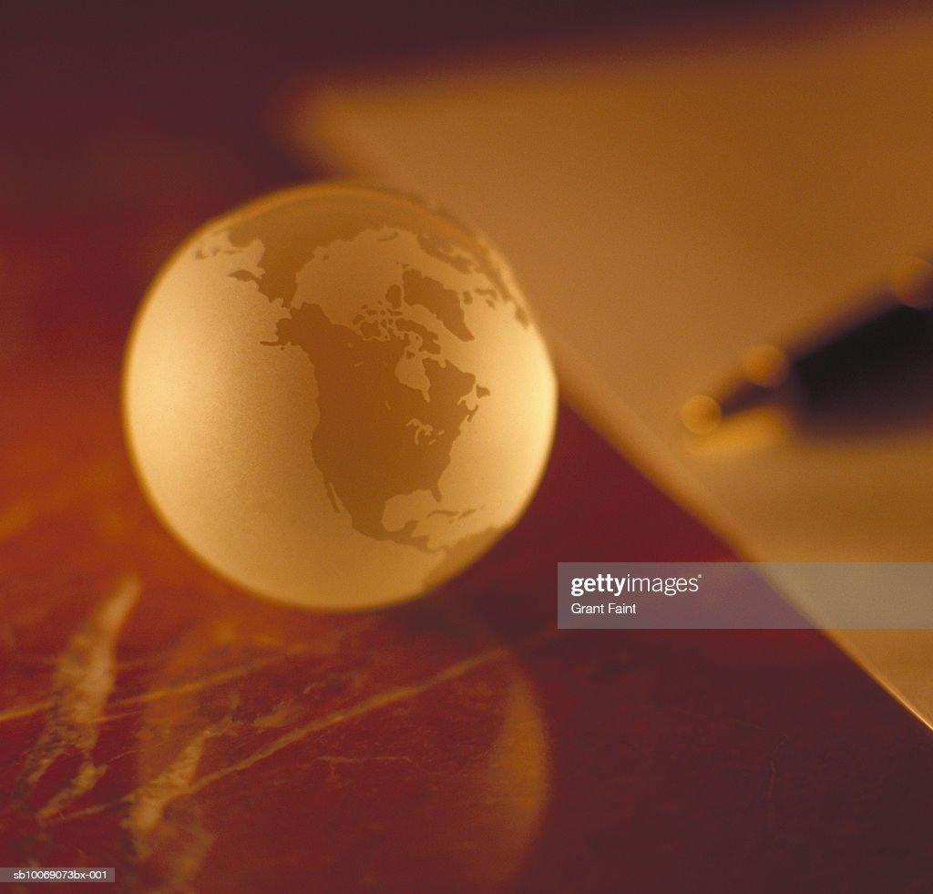 Globe on desk, close up : Stockfoto