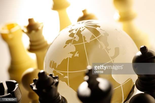 globe entouré par des pièces d'échecs - international match photos et images de collection