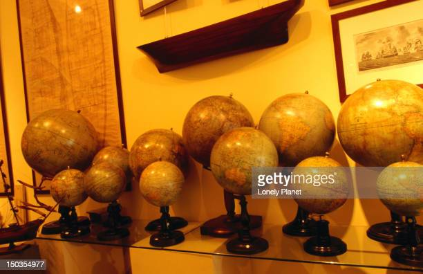 globes in antik, via san giovanni sui muro 10. - muro stock photos and pictures