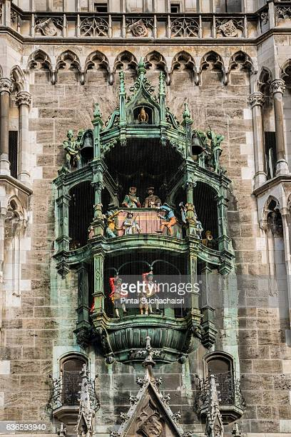glockenspiel clock tower of the new town hall (neues rathaus) in munich, germany - glockenspiel stock photos and pictures