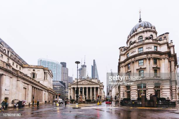gloomy rainy day in city of london financial district, london, uk - europa occidental fotografías e imágenes de stock