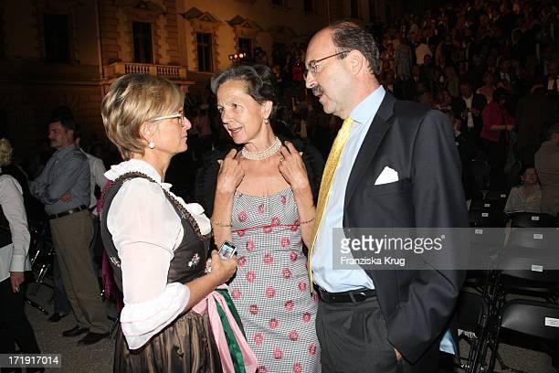 Gloria Fürstin Von Thurn Und Taxis Mit Fritz Von Thurn Und Taxis Und Ehefrau Bea Bei Der Eröffnung Der Thurn Und Taxis Schlossfestspiele Auf Schloss...