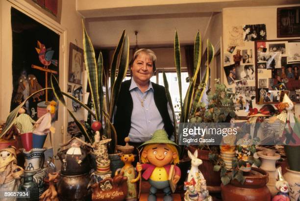 Gloria Fuertes, writer In her house, surrounded of dolls and plants