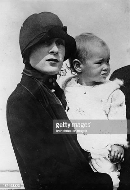 Gloria Morgan Vanderbilt with her daughter Gloria Laura 1926 Photograph Gloria MorganVanderbilt mit ihrer Tochter Gloria Laura 1926 Photographie