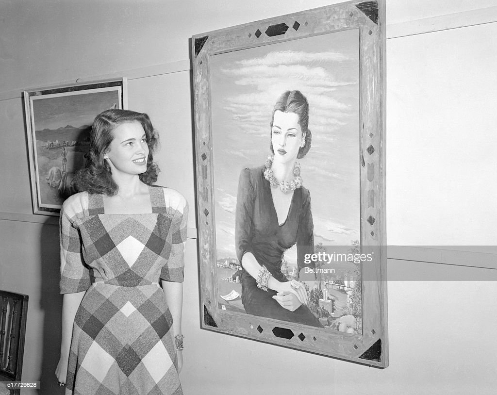 Gloria Vanderbilt Standing Behind hers Portrait : News Photo