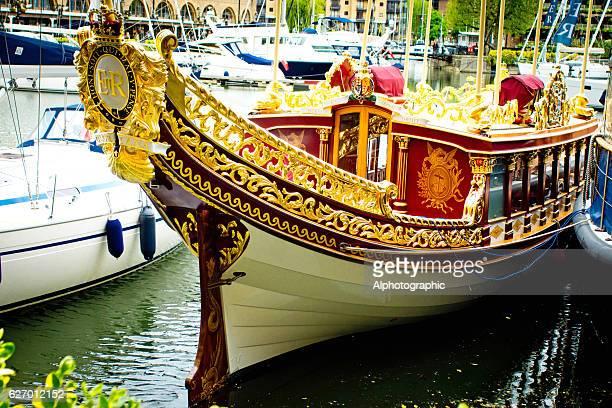 gloriana royal barge - 60周年 ストックフォトと画像