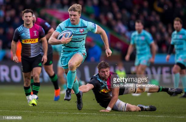 Gloucester's Ollie Thorley evades the tackle of Harlequins' Matt Symons to score his sides first try during the Gallagher Premiership Rugby match...