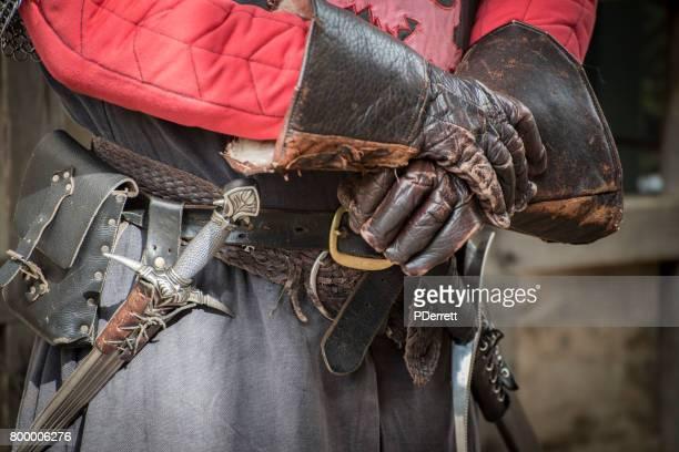 Handschoenen en massavernietigingswapens een straat performer in Cotswolds, Verenigd Koninkrijk.