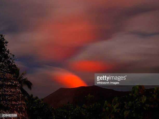glow of mt yasur volcano at night in tanna vanuatu - vulcano attivo foto e immagini stock