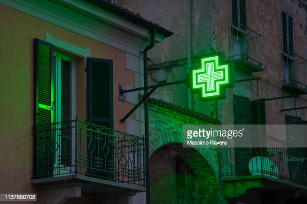glowing green pharmacy sign - farmácia imagens e fotografias de stock