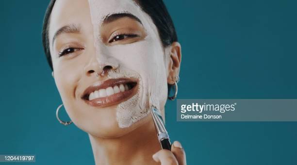 輝く肌は顔のマスクです - メイクアップブラシ ストックフォトと画像