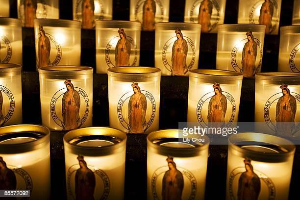 glowing votive candles - cero foto e immagini stock