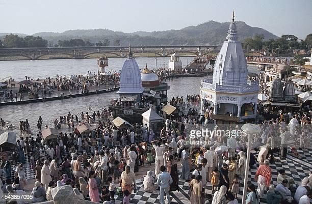 Gläubige Hindus nehmen ihr heiliges Bad im Ganges bei Haridwar Hinduismus Ritus Zeremonie Undatiertes Foto