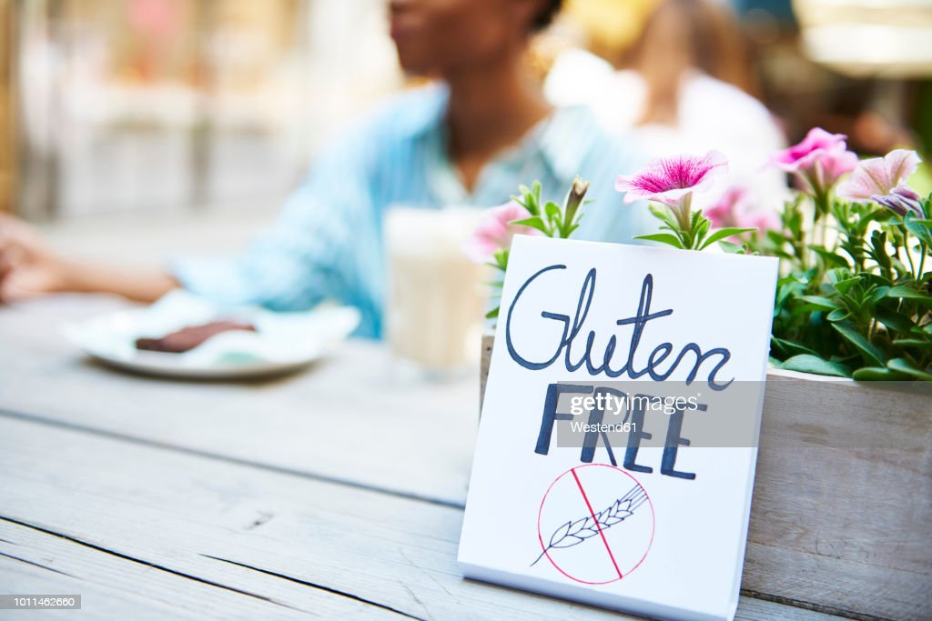 'Gluten free' sign at pavement cafe : Stock Photo
