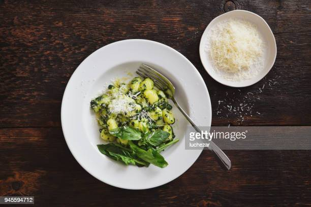 gnocchi with spinach and parmesan - parmesan cheese stock pictures, royalty-free photos & images