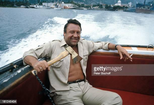 Günter Lamprecht neben den Dreharbeiten zur ZDFReihe Traumschiff Folge 3 Karibik/Bahamas Boot Meer Beil Zigarette Urlaub Schauspieler Promis...