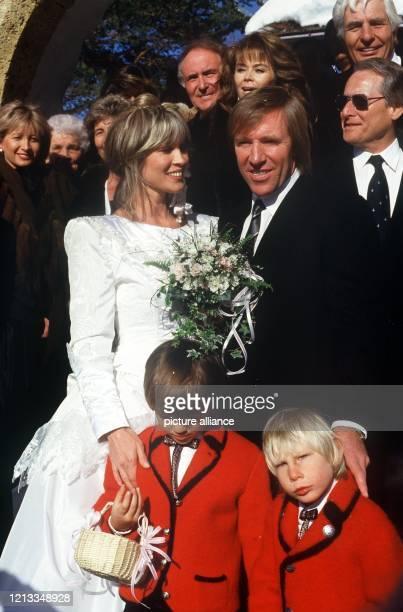 Günter Netzer mit seiner Ehefrau Elvira und ihren Hochzeitsgästen am 121987 in Gstaad Oben Mitte Wencke Myhre und rechts Gunter Sachs Der ehemalige...