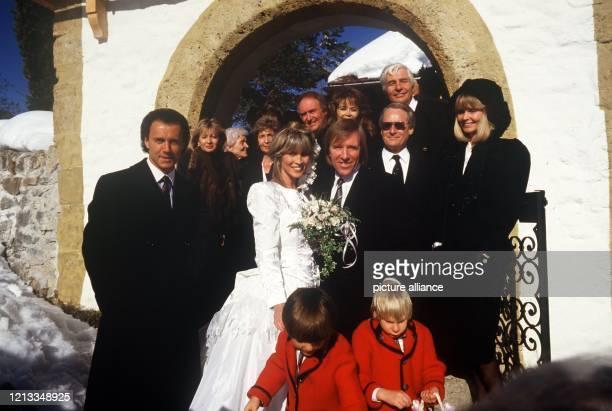 Günter Netzer mit seiner Ehefrau Elvira und ihren Hochzeitsgästen Franz Beckenbauer Wencke Myhre und Gunter und Mirja Sachs am 121987 in Gstaad Der...