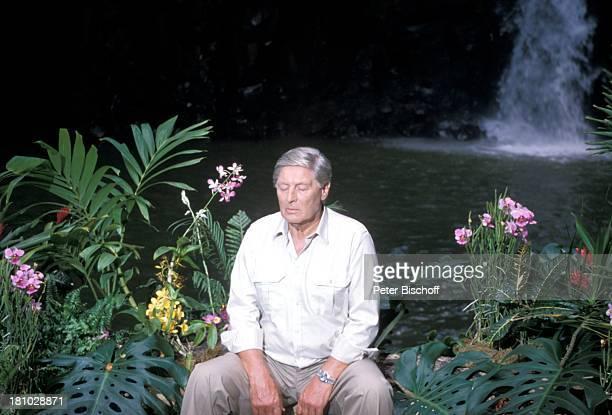 Günter Pfitzmann Dreharbeiten zur ZDFSerie Insel der Träume Folge 9 Die falsche Frau Hawaii/USA/Amerika magischer Wasserfall Urwald Palmen Blumen...