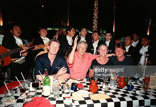 Günter Pfitzmann Ehefrau Lilo SöhneRobert Andreas MariachiKapelle 75 Geburtstag von GünterPfitzmann Restaurant La TrattoMerida/Mexico Hut Sombrero am...